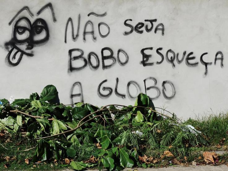 Pichação num muro n Armação, Florianópolis - pichar pode, assistir à Globo não.